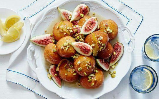 لوکومادس (Loukoumades)؛ یوناناین توپهای کوچک هم لوکما و هم لوکومادس نامیده میشوند. این شیرینی کوچک از خمیر سرخشده درست شده، و در شربت، عسل یا شکلات و گاها کنجد غلتانده میشود که واقعا خوشمزه است. این شیرینی مانند دیگر غذاهای یونانی بسیار لذیذ است.