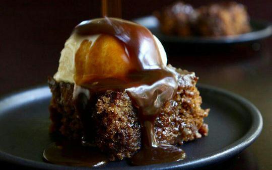 پودینگ استیکی تافی (Sticky toffee pudding)؛ انگلستانپودینگ استیکی تافی دسری خوشمزه و اصالتا اسکاتلندی است که در هر کجای انگلستان قابل دسترس است. این دسر از کیک اسفنجی خیس با خرمای ریزشده تهیه میشود که در آخر روی آن را با سس تافی میپوشانند و با کاستارد یا بستنی وانیلی سرو میکنند.