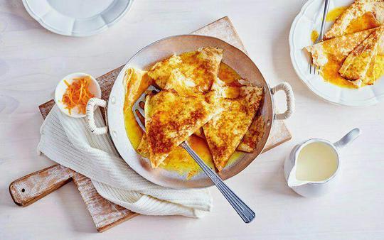 ؛Crêpes Suzette – فرانسه؛Crêpes Suzette نوعی دسر است که بیشتر شبیه یک غذا است و به راحتی در خیابانهای پاریس میتوان آن را پیدا کرد. کرپها در این دسر با نوعی سس شیرین که طعم پرتقال دارد، سرو میشود و طعم خاص و بینظیری به آن میدهد.