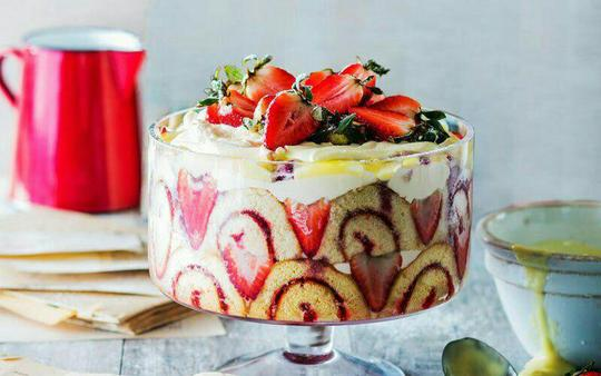 ترافل؛ انگلستانترافل یکی از دسرهای پرطرفدار در انگلستان است که از ترکیب میوه، خامه و تکههای کیک یا لیدی فینگر که با شربتی آغشته شده است، تهیه میشود. در این دسر لایههای کیک، میوه و خامه به ترتیب روی هم قرار داده میشود و اغلب یک شب زودتر آن را تهیه میکنند تا مزه مواد تشکیلدهنده به خورد یکدیگر برود. این دسر رنگارنگ بیشک هر کسی را برای خوردنش وسوسه میکند.