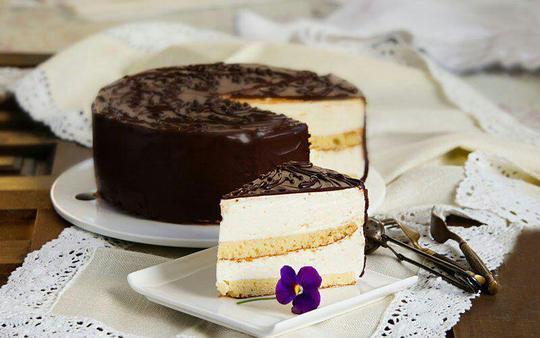 ptichye moloko – روسیه؛ptichye moloko در واقع نوعی کیک در روسیه است که بخشی از آن کیک نرم و اسفنجی است و روی آن ترکیبی از سوفله است، که با لایهای از شکلات پوشیده میشود. این کیک در شکلها و اندازههای مختلفی در کشورهای دیگر نیز پخته میشود.