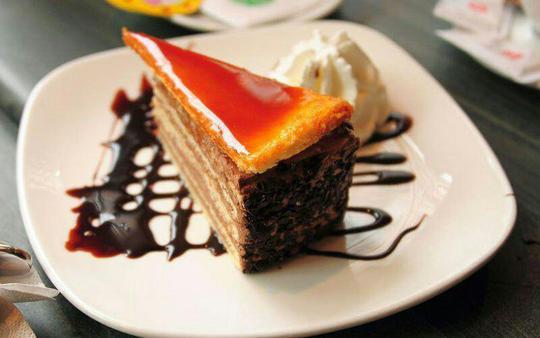 کیک دوبوش (Dobos torte) – مجارستاندوبوش یک کیک اسفنجی پنج لایه است که لایههای آن را با کرم کره و روی آن را با کارامل پر میکنند. نام این کیک از نام مخترع آن جوزف سی دوبوش گرفته شده است. دور کیک را کاملا به فندق، شاه بلوط، گردو یا بادام آغشته کرده و روی آن را با کارامل تزئین میکنند. امروزه این کیک را به شکلهای مختلفی درست میکنند و طرفدارن بسیاری در مجارستان دارد.