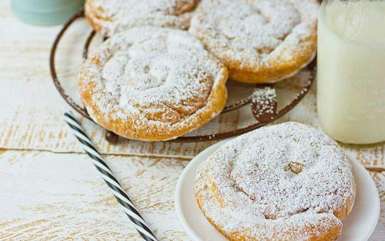  انسیمادا (ensaimada)  اسپانیاانسیمادا یک نان شیرینی مایورکایی (جزیرهای واقع در دریای مدیترانه در شرق اسپانیا) است که به شکل حلزون بوده و روی آن را با پودر شکر میپوشانند. (مواد تشکیلدهنده آن آرد، آب، تخممرغ، شیر، روغن مایع و شکر است)