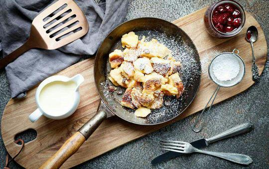 پنکیک Kaiserschmarrn اتریشیکی از دسرهای لذیذی که در سفر به اتریش حتما باید امتحان کنید، پنکیک قیصر یا پنکیک پادشاه است. دلیل این نامگذاری این است که این پنکیک یکی از دسرهای محبوب پادشاه فرانتس یوزف یکم بوده است. هنگام تهیهی این پنکیک مواد دیگری چون تکههای سیب، کشمش و انواع مغزها اضافه میشود. بعد از آماده شدن، آن را به قطعات کوچک تقسیم میکنند. پس از تقسیم کردن، روی آن پودر شکر می ریزند و با میوه یا مربا سرو میکنند. دسر بسیار لذیذی که تا آن را امتحان نکنید، متوجه طعم خارقالعادهاش نمیشوید.