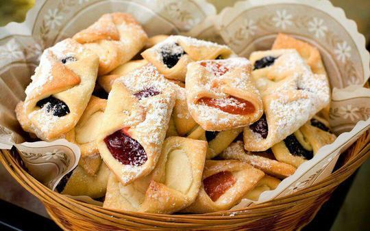 Kołaczki – لهستاناین کوکیهای لهستانی در بسیاری از کشورهای اروپایی پخته میشود، اما دستور آنها با یکدیگر متفاوت است. بعد از پخت کوکیها، آنها را با مارمالاد و انواع ترکیبات پر میکنند که با بافت ترد خمیر آن مزه فوقالعادهای را به آن میدهد و در نهایت کوکیها را با کمی پودر قند آغشته میکنند.