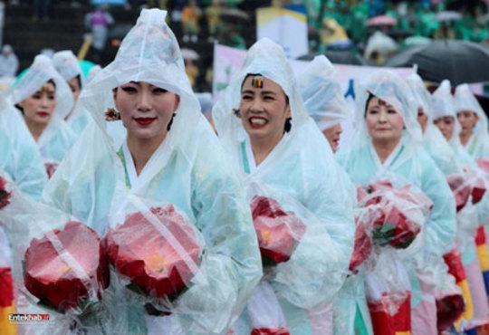 زنان شرکت کننده در رژه فانوس در سئول کره جنوبی