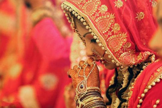 یک عروس مسلمان هندی در مراسم ازدواج دسته جمعی 83 زوج مسلمان در بوپال