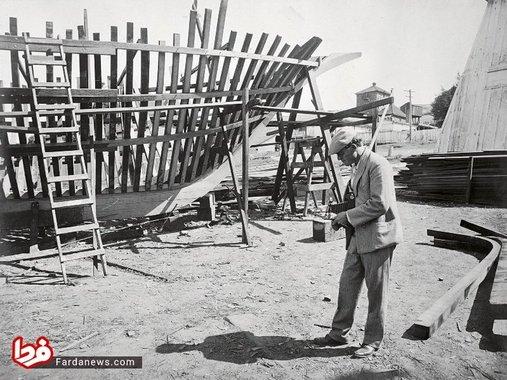جک لندن در حال عکاسی از اسکلت قایقش به نام اسنارک که ساخت آن را در سال 1906 آغاز کرد.