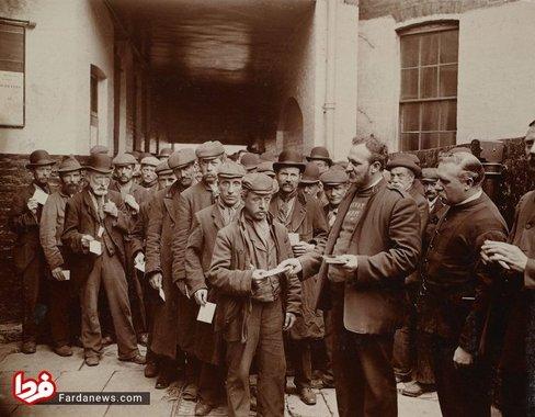 ازدحام کارگرانی که کوپن صبحانه رایگان دریافت کرده اند در یک صبح یکشنبه سال 1902 در لندن
