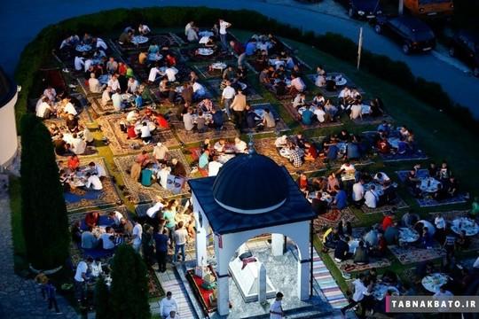 بوسنی و هرزگوین: اجتماع روزه داران پیرامون سفره های افطار در سارایوو