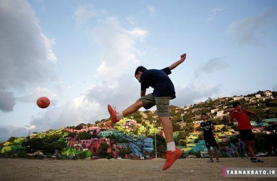 مکزیک: پسری در حال بازی روبروی خانه های رنگی