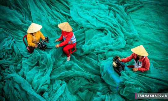 ویتنام: زنان روستا در حال ترمیم تورهای ماهیگیری