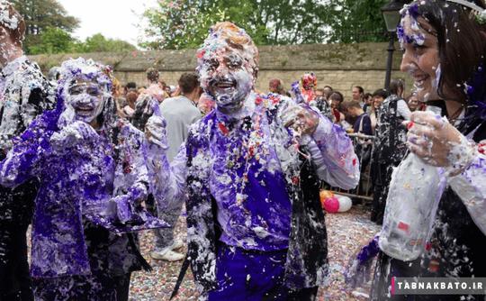 دانشجویان آکسفورد پس از امتحانات پایان فصل در یک آیین سالانه روی هم آرد و کف ریختند