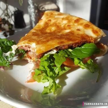 یک ساندویچ خاص با روی هم گذاشتن دو بُرش پیتزا