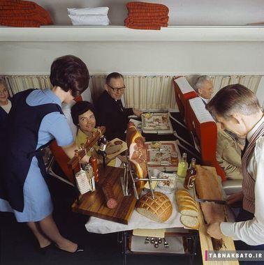 مردی در حال بریدن تکه های سالمون دودی در خطوط هوایی اسکاندیناوی دهه شصت قرن بیستم