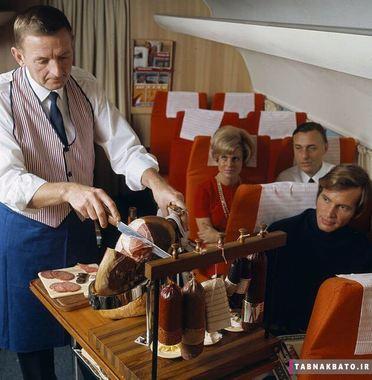 دهه ی شصت و مهمانداری که در حال برش زدن گوشت برای مسافران است
