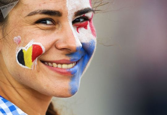 هوادار قبل از آغاز بازی تیم های بلژیک و پاناما