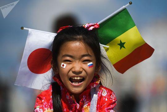 دختر بچه قبل از بازی بین تیم های ژاپن و سنگال در یکاترینبورگ