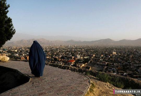 افغانستان: زن افغان در حال قدم زدن بر روی بلندی های مُشرف بر کابل