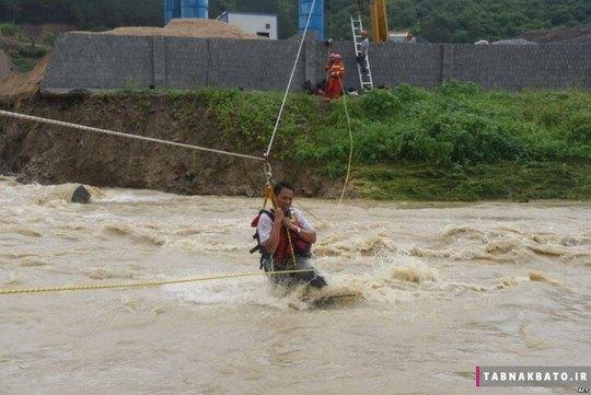 چین: امدادگران در حال کمک رسانی به ساکنان استان تیانلین گوانگ ژو برای خالی کردن خانه ها در اثر ویرانی های ناشی از سیل و ریزش زمین