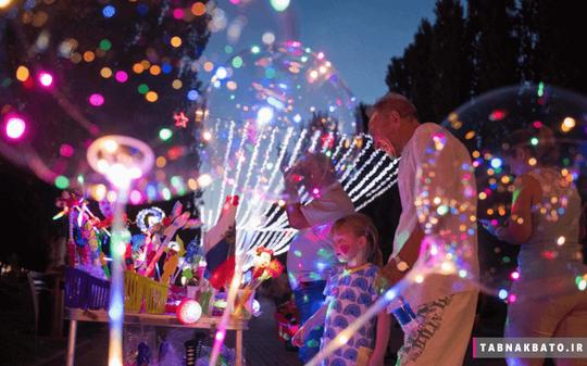 روسیه: کودکی در حال تماشای بادکنک های رنگی در جشنواره فان فیست ولگوگراد