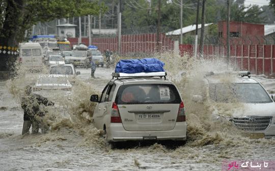 کشمیر هند و رفت و آمد اتومبیل ها در خیابانهای باران زده و آبگرفته