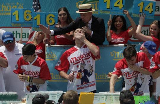 مسابقه هات داگ خوری در بروکلین آمریکا