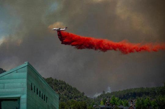 یک هواپیمای آتش نشان بر فراز جنگلهای آتش گرفته کلرادو