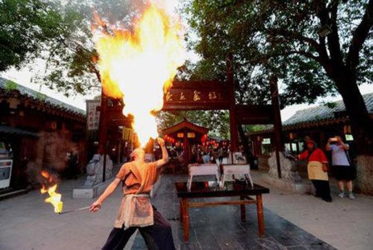 پخت کباب با آتش بازی در کایفنگ چین