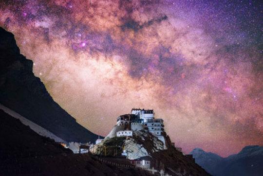 تصویری خیره کننده از آسمان در کوههای هیمالیا