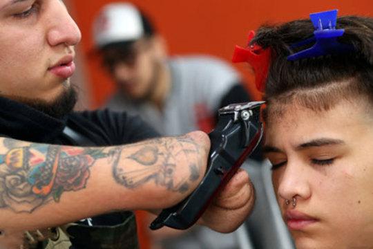 مهارت آرایشگر بی دست آرژانتینی