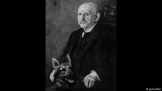 ماکس فون اشتفانیز، افسر ارتش آلمان در یک مانور نظامی، شاهد همکاری بینظیر یک سگ گله با چوپان در جمعآوری گوسفندان بود. او در ۱۵ ژانویه ۱۸۹۸ سگی را در فرانکفورت با نام