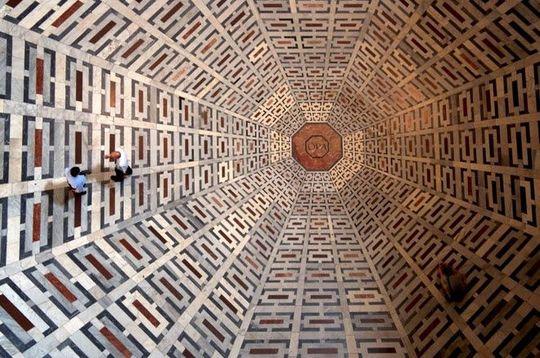 کف کلیسای سانتا ماریا دلا فیوره، طوری ساخته شده است که یک توهم بینایی سهبعدی را القا میکند.