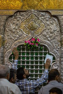 تصویری از ضریح مطهر ابا عبدالله علیه السلام در نمایی نزدیک