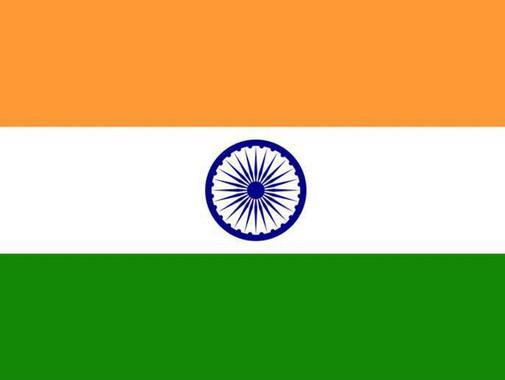 رنگهای پرچم هند نشان ازتنوع ادیان د این کشور است. رنگ نارنجی که نشانه شهامت است برای دین هندو و بودایی مهم است. سفیدسمبل پاکی وسبز ایمان وباروری است. دایره آبی رنگ دروسط هم