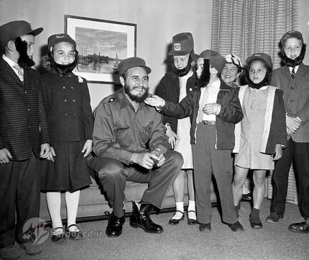 کودکان امریکایی با ریش هایی شبیه فیدل در کنار او در هتل محل اقامتش در نیویورک عکس یادگاری می گیرند.