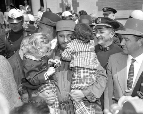 فیدل در بازدید از باغ وحش نیویورک دو کودک امریکایی را در آغوش گرفته است.
