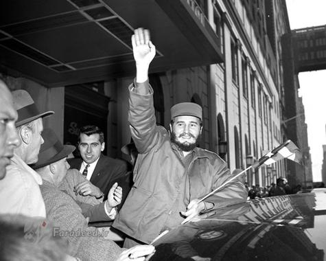 فیدل در مقابل هتل محل اقامتش در نیویورک برای هوادرانش دست تکان می دهد.