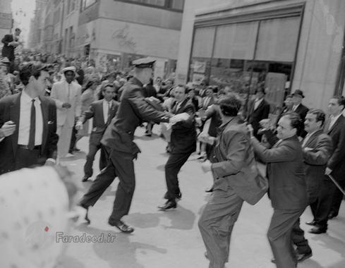 درگیری میان هوادارن فیدل با گروهی از کوبائی ها مخالف کاسترو در خیابان خیابان های نیویورک؛ طرفداران فیدل شعار می دادند: زنده باد فیدل مرگ بر یانکی.