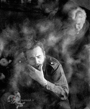 فیدل در میان دود سیگار در حین انجام گفتگو در هتل محل اقامتش در نیویورک