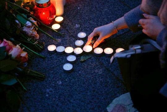 روشن کردن شمع برای قربانیان حادثه تروریستی برلین که همین تازگی رخ داد و در جریان آن مردی با یک کامیون به جمعیت زیاد یک بازارچه حمله کرد.
