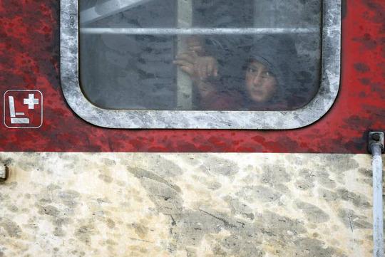 یک پناهجو در قطاری که از مقدونیه به یونان میرود نشسته است، نگاه محو و حیران آن قابل توجه است.