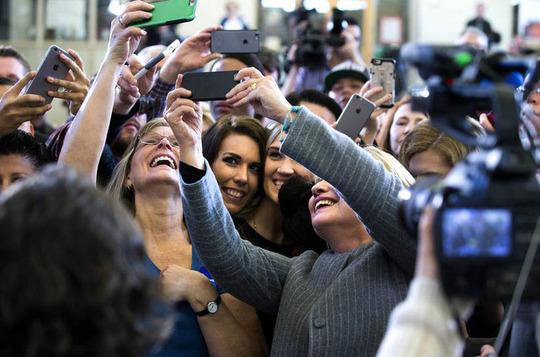 هیلاری کلینتون قبل از انتخابات در آیووا در حال سلفی گرفتن با هواداران خود