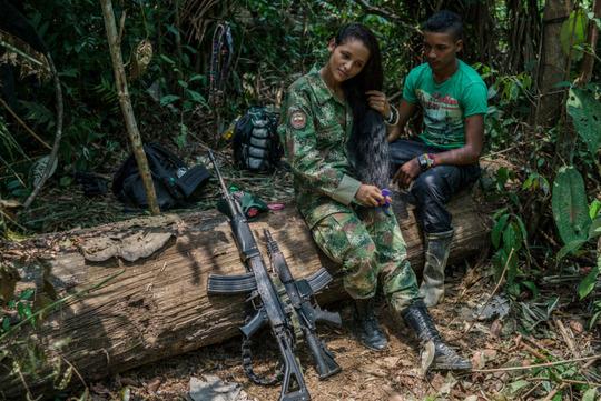 چریکهای عاشق! این دو جوان عضو نیروهای انقلابی کلمبیا موسوم به فارک هستند.