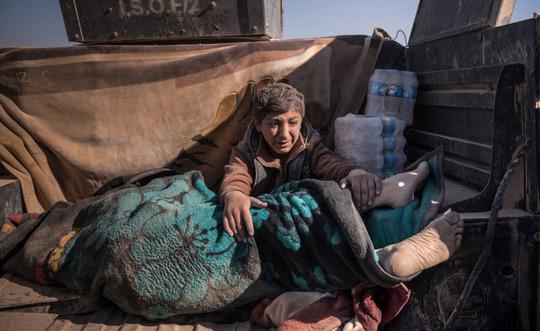 موصل: پسری برای پدرش که توسط داعش کشته شده، میگرید.