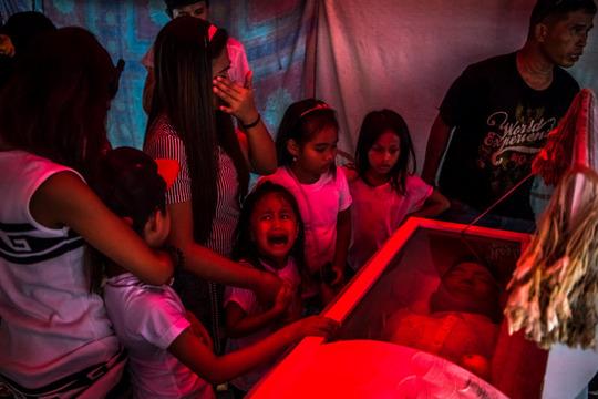 رودریگو دوترته- رئیس جمهور فیلیپین- بسیار جنجالی است و سیاست مشت آهنین علیه قاچاقچیها را در پیش گرفته و به مکانیسمهای معمول دستگیری و محاکمه و مجازات باور ندارد. در اینجا پدری را میبینید که دخترش برایش میگرید و ظاهرا یکی از همین کشتهشدههای قاچاقچی است.