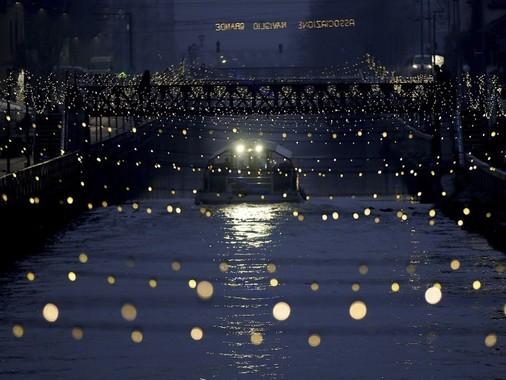 ايتاليا، قايق تفریحی در یک گذرگاه آبی، تزیین شده با چراغ های زیبا، میلان