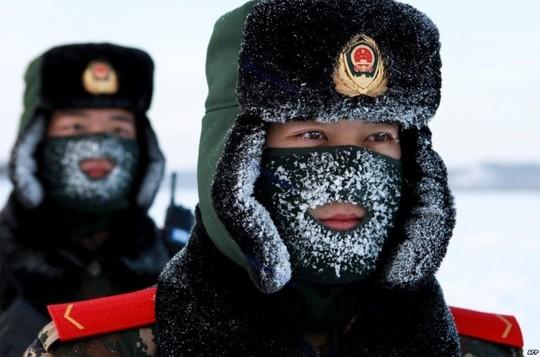چین، سربازان چینی در حین انجام تمرینات نظامی سخت در میان برف ها، استان هیلونگ جیانگ، شمال شرقی چین