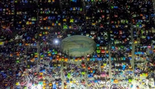 مکزیک، تماشاگران آماده برای خواب، یک مراسم دینی در مکزیک