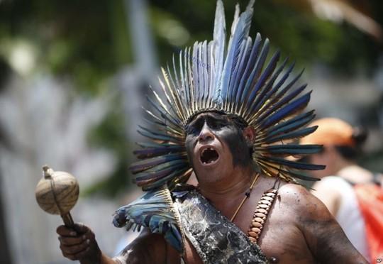 برزیل، یک بومی در اعتراض به سیاست ریاضت اقتصادی که مجلس قانون گذاری در ریودوژانیرو تصویب کرد.